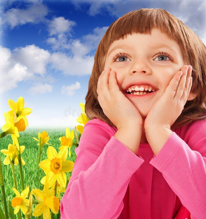 Menina feliz no jardim da mola foto de stock royalty free