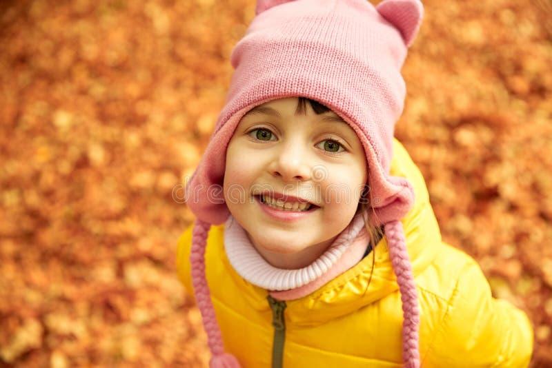 Menina feliz no parque do outono imagem de stock