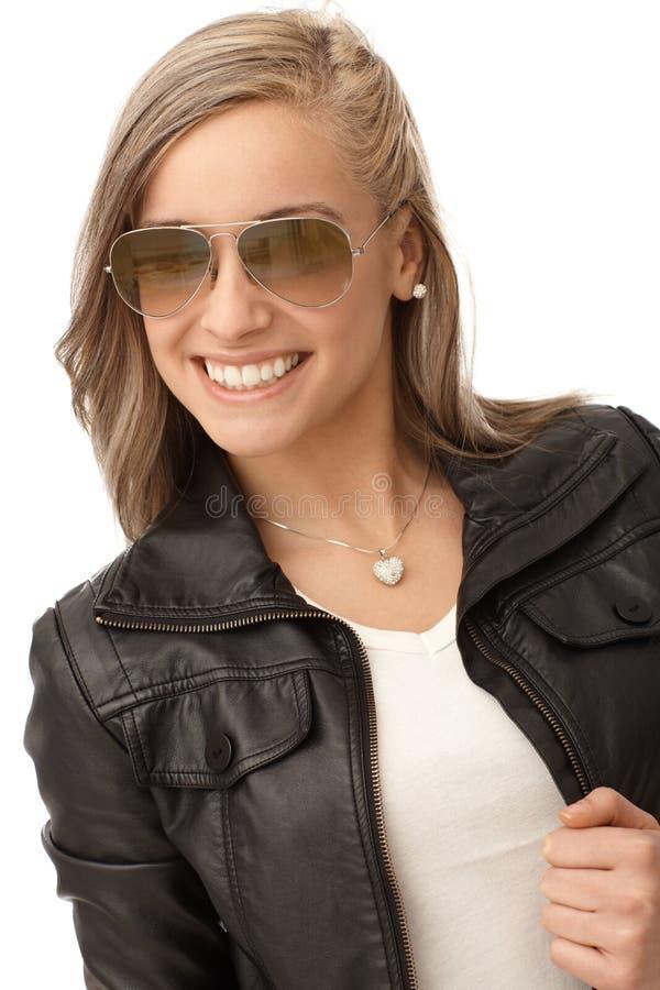 Menina feliz no revestimento de couro na moda fotografia de stock royalty free