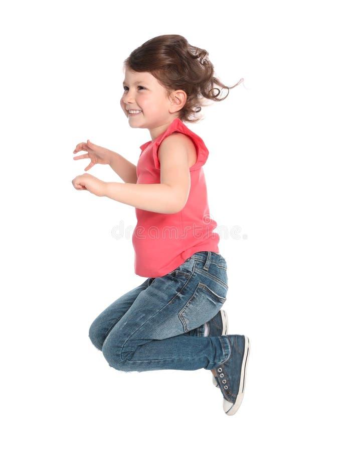 Menina feliz no salto ocasional do equipamento imagem de stock royalty free