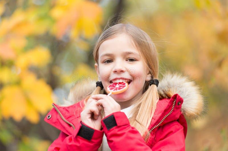 Menina feliz no sentimento da floresta do outono protegido neste dia do outono Criança pequena com folhas de outono Bailarina peq foto de stock