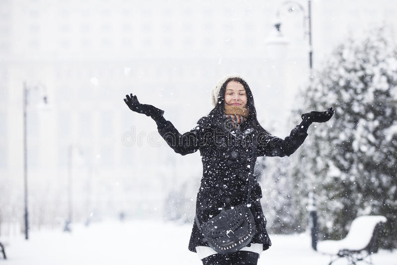 Menina feliz no tempo nevado fotografia de stock