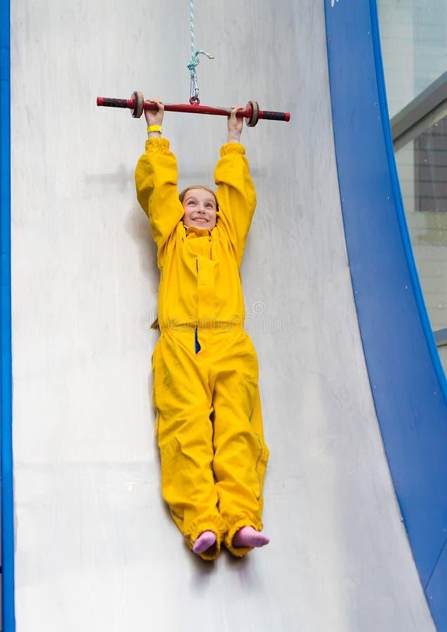 Menina feliz no trampolim fotografia de stock