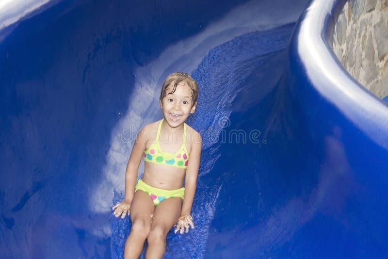 Menina feliz no waterslide imagens de stock