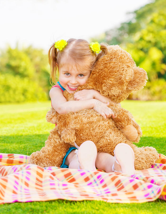 Menina feliz com urso de peluche foto de stock