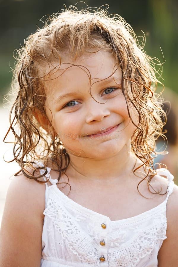 Menina feliz pequena com cabelo molhado foto de stock royalty free