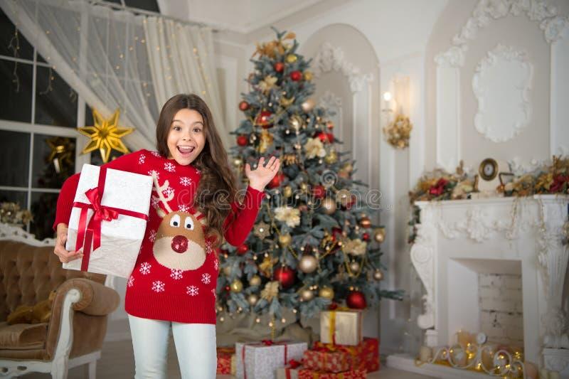 menina feliz pequena no Natal Ano novo feliz A manhã antes do Xmas Feriado do ano novo Natal A criança aprecia fotografia de stock