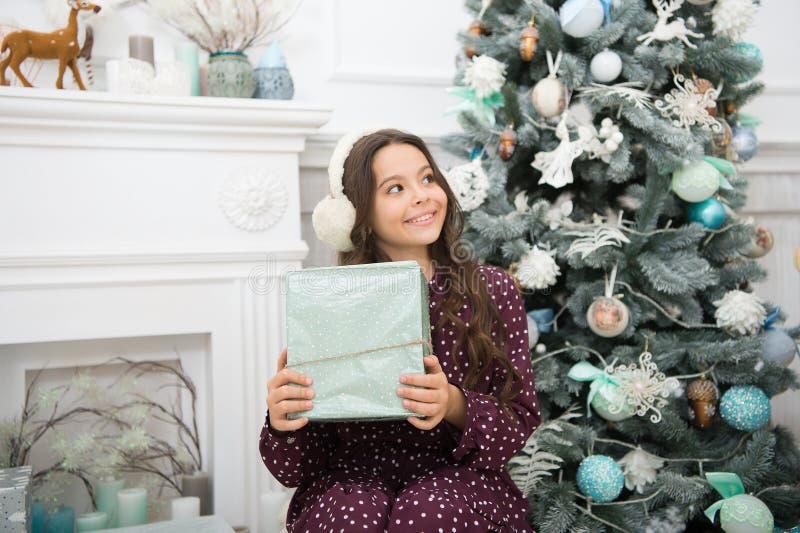 menina feliz pequena no Natal Ano novo feliz A manhã antes do Xmas Feriado do ano novo Natal A criança aprecia foto de stock