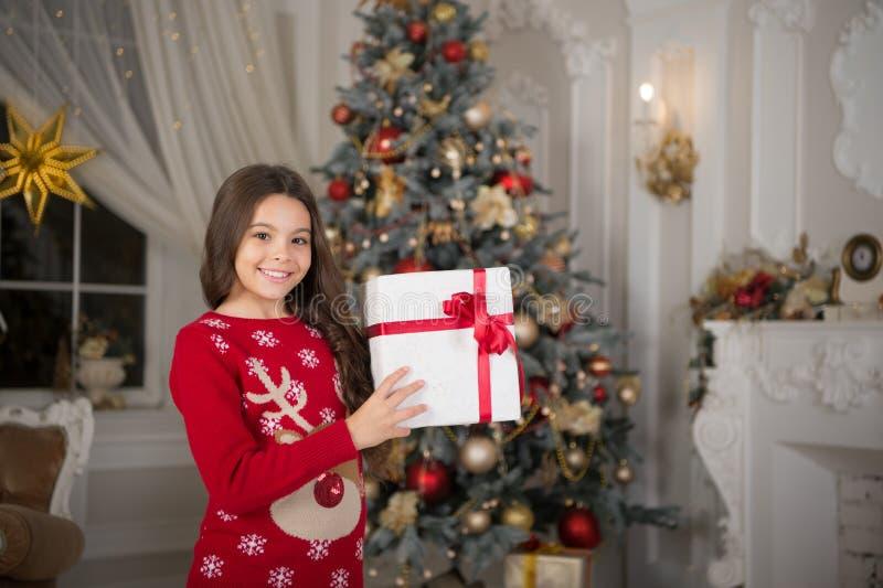 menina feliz pequena no Natal Natal A criança aprecia o feriado Ano novo feliz A manhã antes do Xmas Ano novo fotos de stock