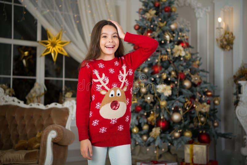 menina feliz pequena no Natal Natal A criança aprecia o feriado Ano novo feliz manhã antes do Xmas Feriado do ano novo foto de stock royalty free