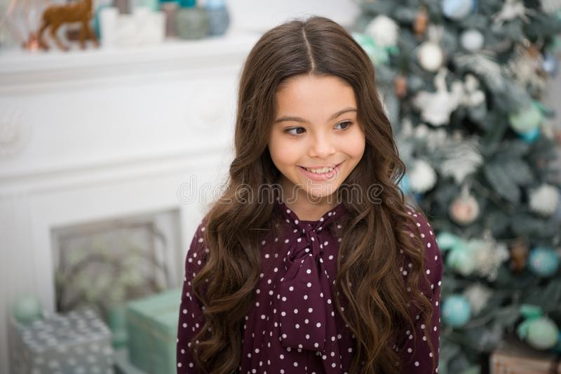 menina feliz pequena no Natal Natal A criança aprecia o feriado Ano novo feliz A manhã antes do Xmas Ano novo foto de stock