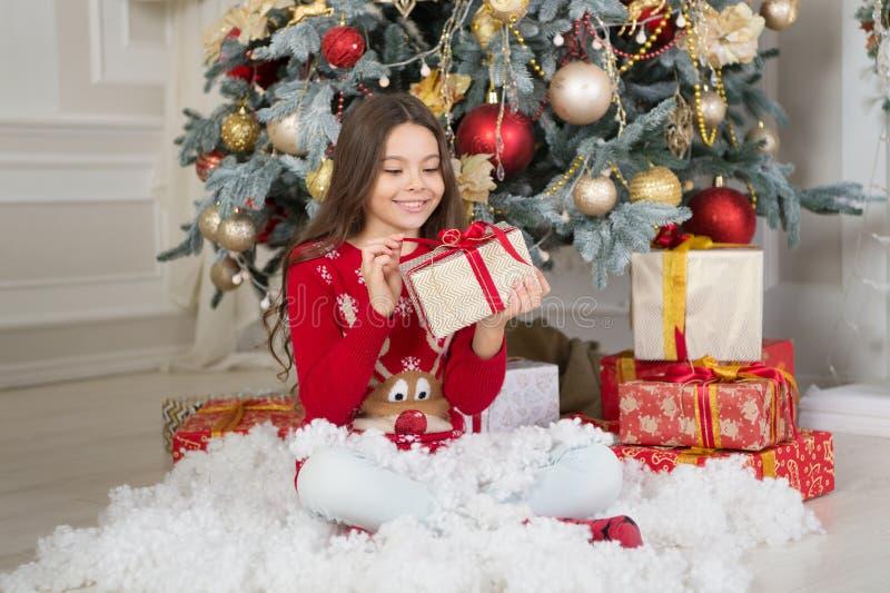 menina feliz pequena no Natal Natal A criança aprecia o feriado A manhã antes do Xmas Feriado do ano novo Criança pequena foto de stock