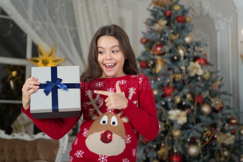 menina feliz pequena no Natal Natal A criança aprecia o feriado A manhã antes do Xmas Feriado do ano novo Criança pequena imagens de stock