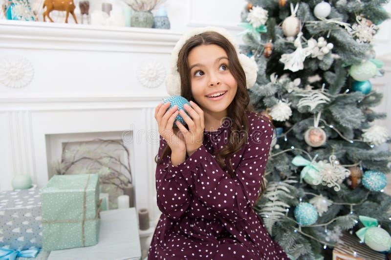 menina feliz pequena no Natal fones de ouvido mornos Ano novo feliz A manhã é antes você pronto Xmas Feriado do ano novo imagens de stock