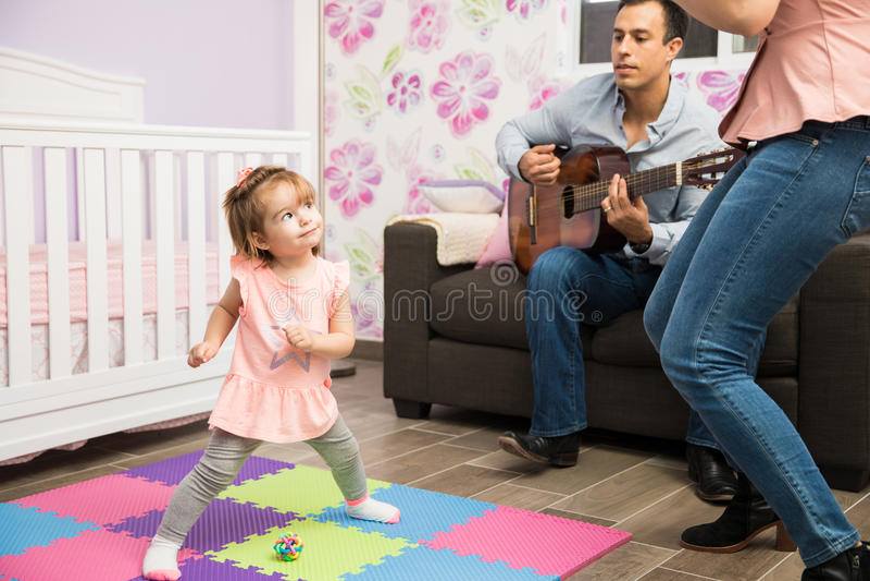 Menina feliz que dança a seus mamã e paizinho imagens de stock royalty free