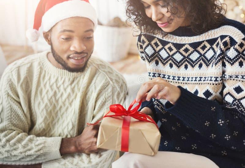Menina feliz que desempacota o presente de Natal de seu noivo fotografia de stock