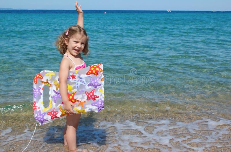 Menina feliz que está no mar fotografia de stock royalty free