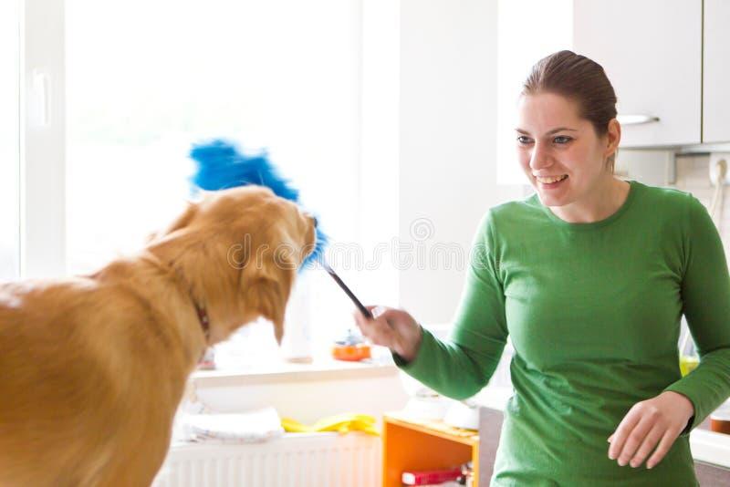 Menina feliz que joga com cão imagens de stock