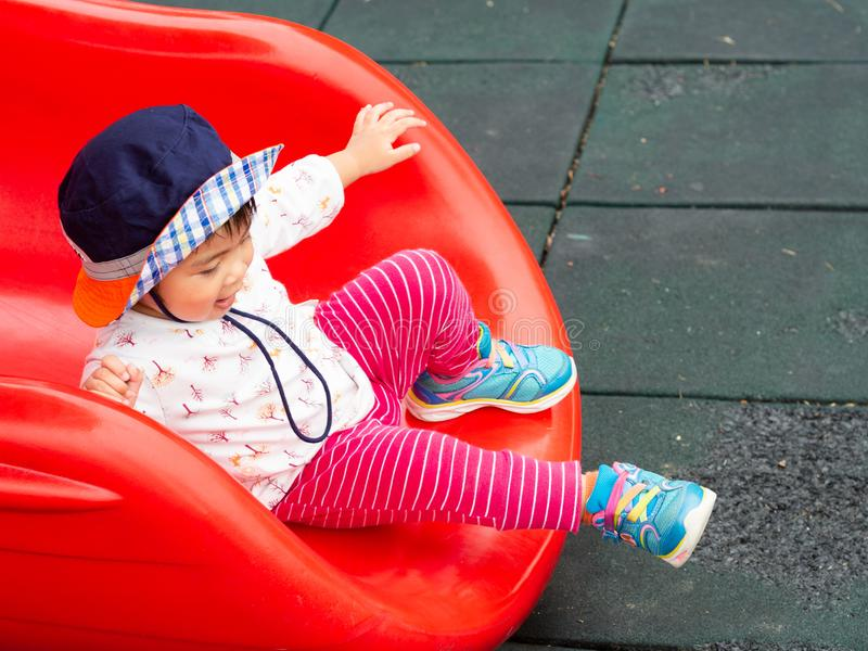 Menina feliz que joga no campo de jogos Crianças, felizes, fá fotografia de stock royalty free