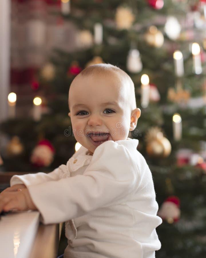 Menina feliz que joga o piano para a família no Natal imagens de stock royalty free