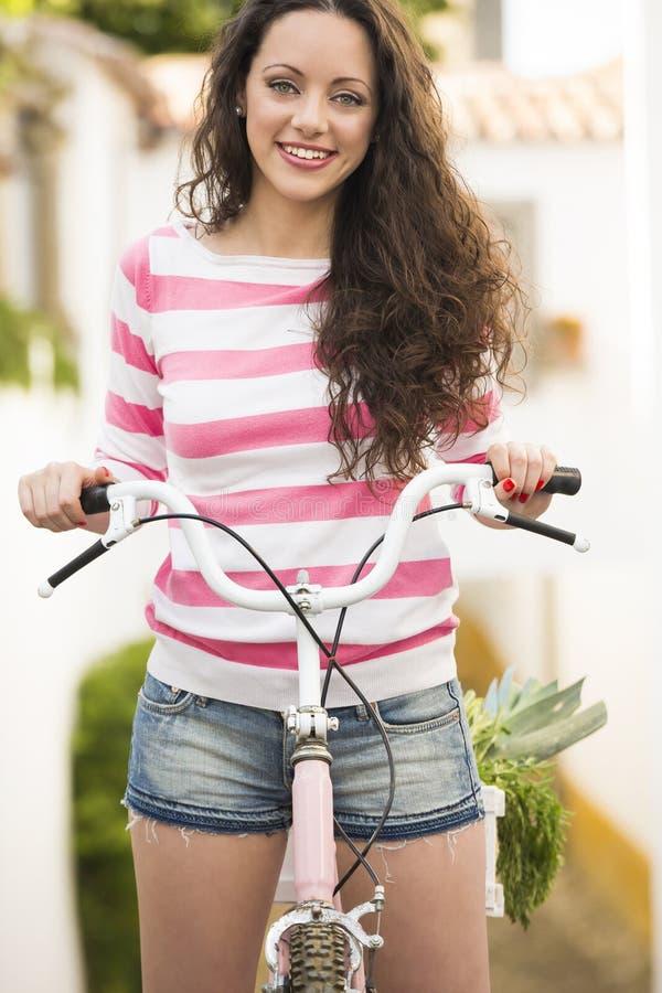 Menina feliz que monta uma bicicleta imagem de stock royalty free