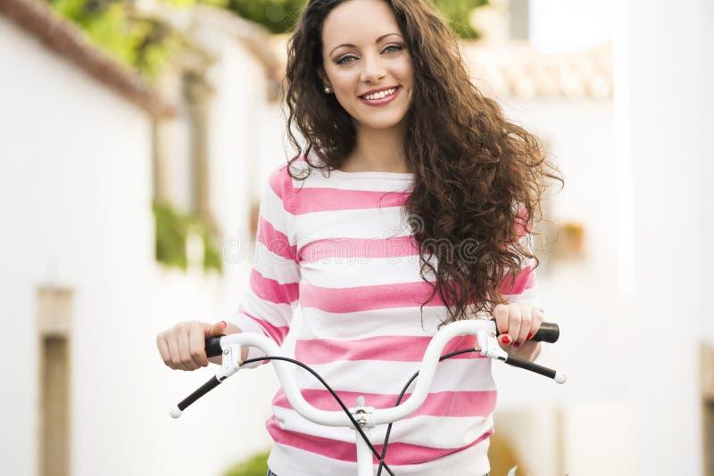 Menina feliz que monta uma bicicleta fotografia de stock