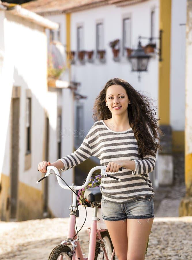 Menina feliz que monta uma bicicleta fotografia de stock royalty free