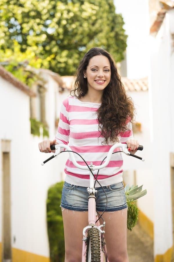 Menina feliz que monta uma bicicleta fotos de stock royalty free