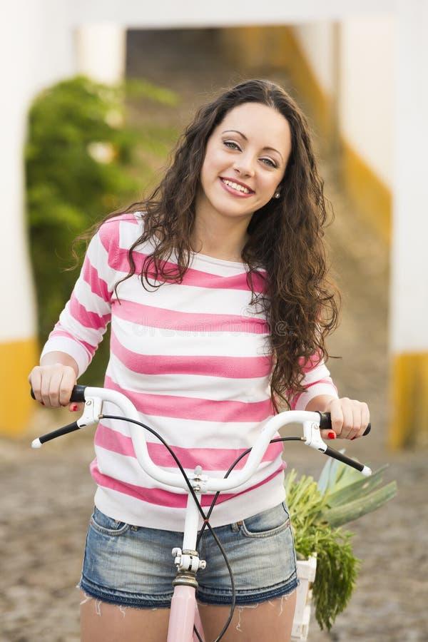 Menina feliz que monta uma bicicleta imagens de stock