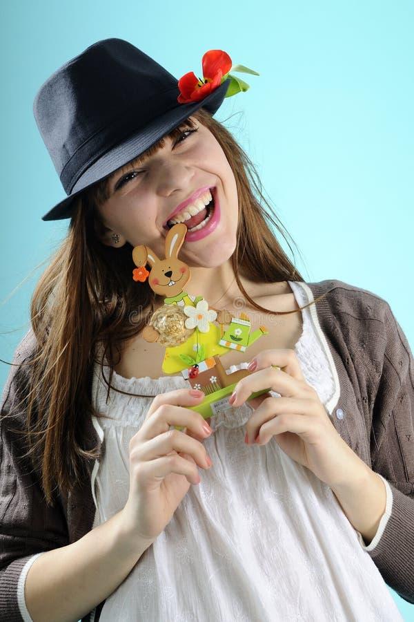 Menina feliz que mostra o coelho para a celebração de easter imagens de stock