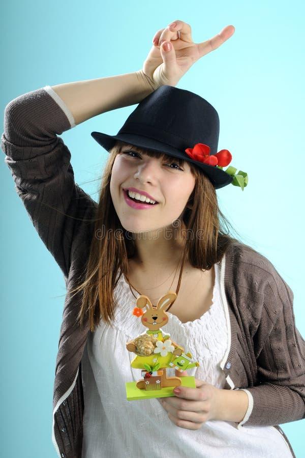 Menina feliz que mostra o coelho para a celebração de easter fotos de stock royalty free
