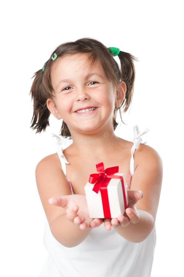 Menina feliz que prende um presente fotografia de stock