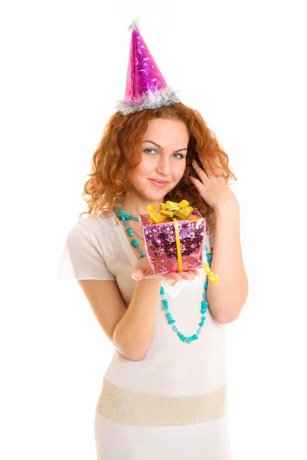 Menina feliz que prende um presente foto de stock