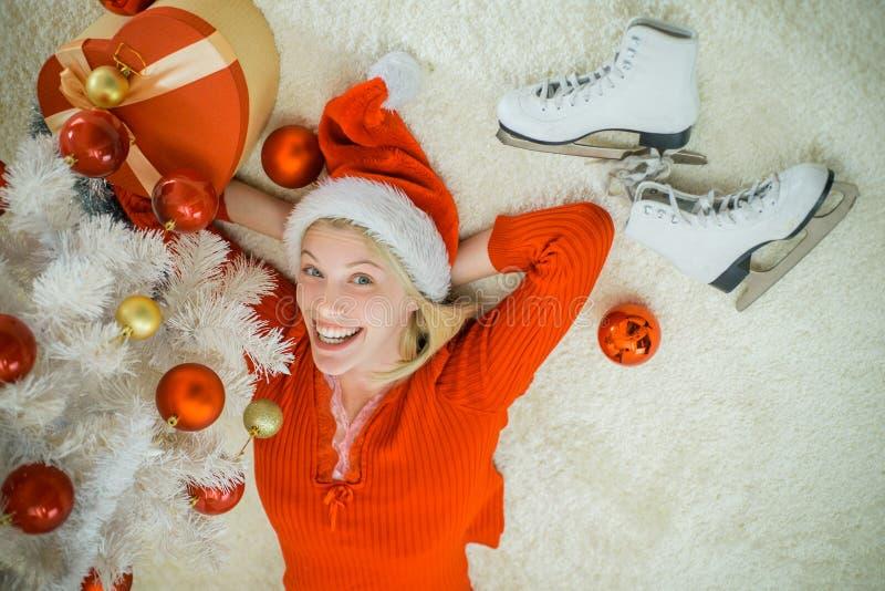 Menina feliz que prepara-se para comemorar o ano novo Menina do Natal no chapéu de Papai Noel Bom Feliz Natal e ano novo feliz fotos de stock royalty free