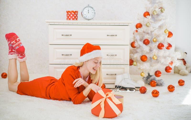 Menina feliz que prepara-se para comemorar o ano novo e o Feliz Natal Árvore de Natal no fundo branco da casa Natal fotos de stock royalty free