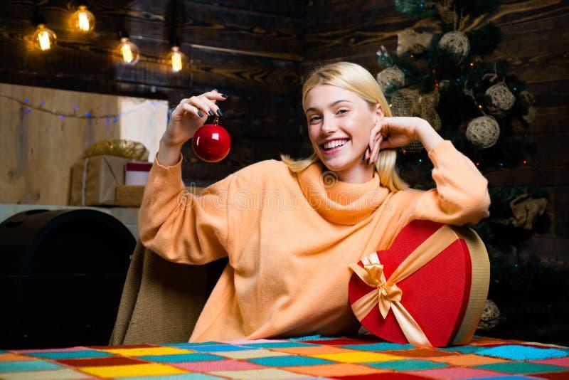 Menina feliz que prepara-se para comemorar o ano novo e o Feliz Natal O ano novo apresenta na caixa de presente Bom Feliz Natal e foto de stock royalty free