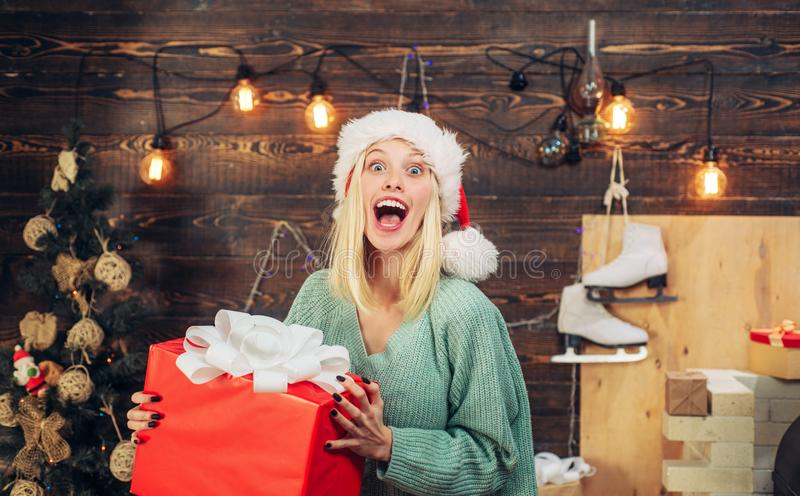 Menina feliz que prepara-se para comemorar o ano novo e o Feliz Natal Menina engraçada no chapéu de Santa fotos de stock royalty free