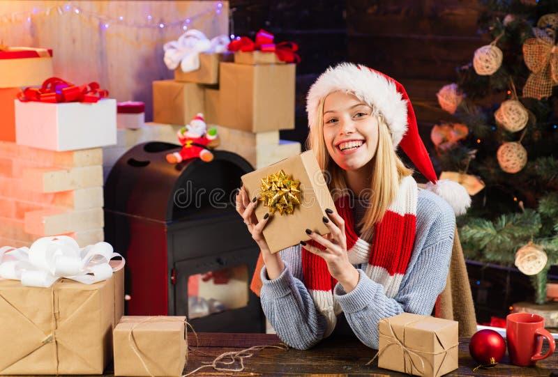 Menina feliz que prepara-se para comemorar o ano novo e o Feliz Natal Nós começamos o ano novo nesse espírito da esperança fotografia de stock royalty free