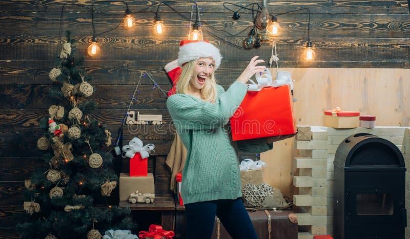 Menina feliz que prepara-se para comemorar o ano novo e o Feliz Natal Nós desejamos a todos os visitantes o Feliz Natal e o ano n fotos de stock