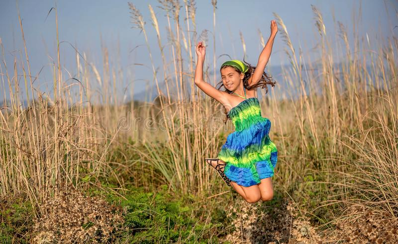 Menina feliz que salta no ar imagem de stock