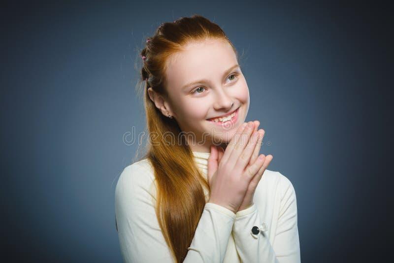 Menina feliz Sorriso considerável da criança do retrato do close up isolado no cinza foto de stock royalty free