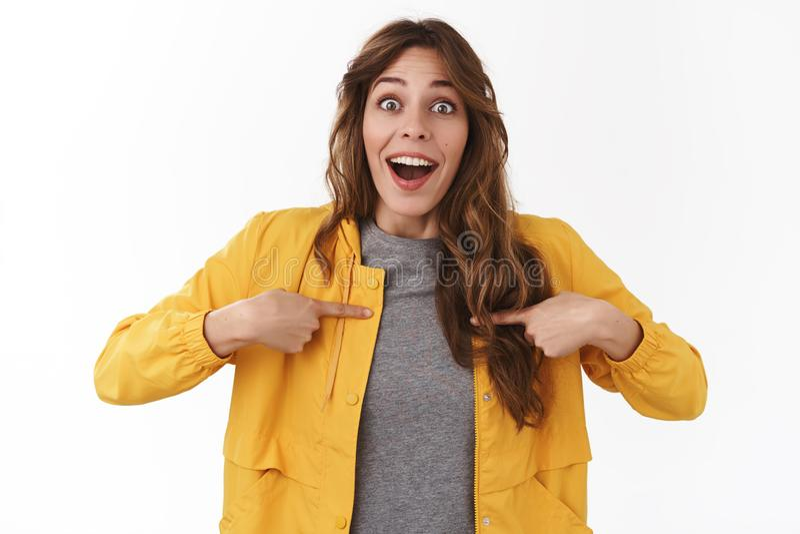 A menina feliz surpreendida para receber o olhar de vencimento da oferta incrível divertido quis saber a boca aberta surpreendida foto de stock