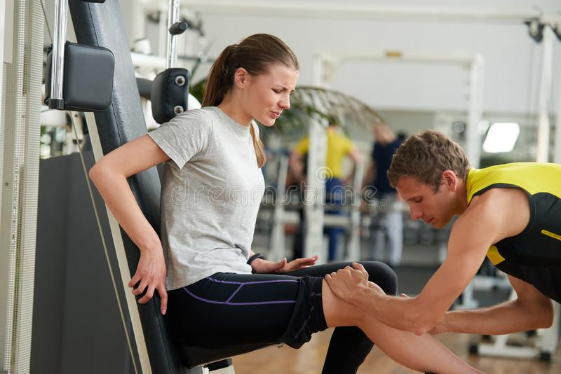 Menina ferida no Gym foto de stock