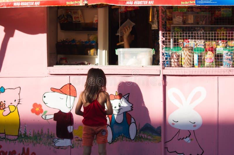 Menina filipina nova na loja da borda da estrada imagens de stock