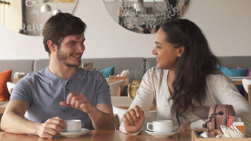 A menina flerta com seu amigo masculino no café fotos de stock