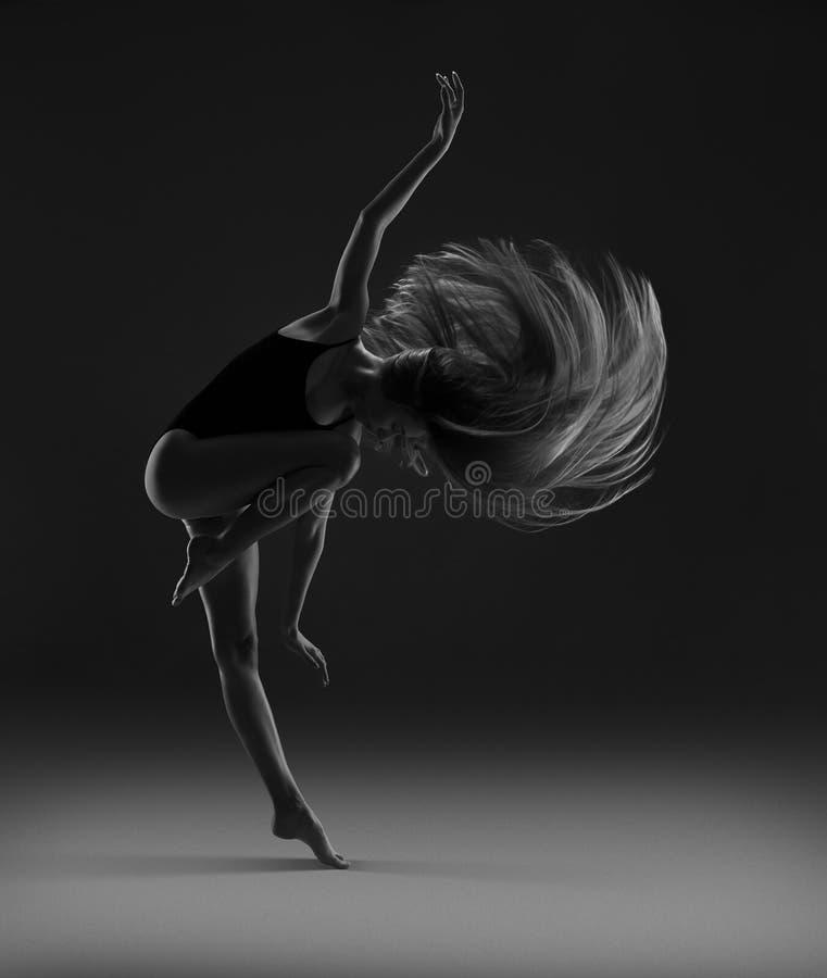 Menina flexível com dança longa do cabelo louro Cabelo do v?o foto de stock royalty free
