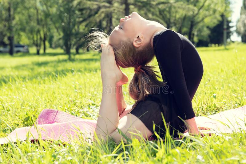 Menina flexível da criança foto de stock royalty free