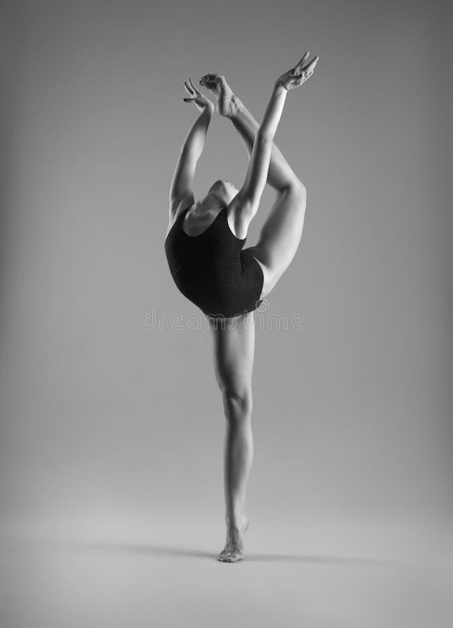 Menina flexível em um roupa de banho preto fotografia de stock