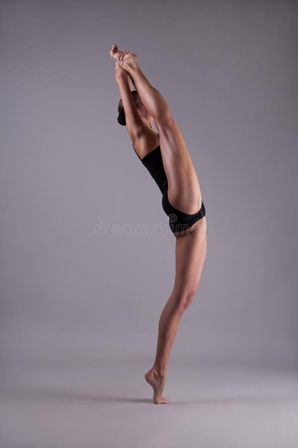 Menina flexível em uma guita foto de stock royalty free