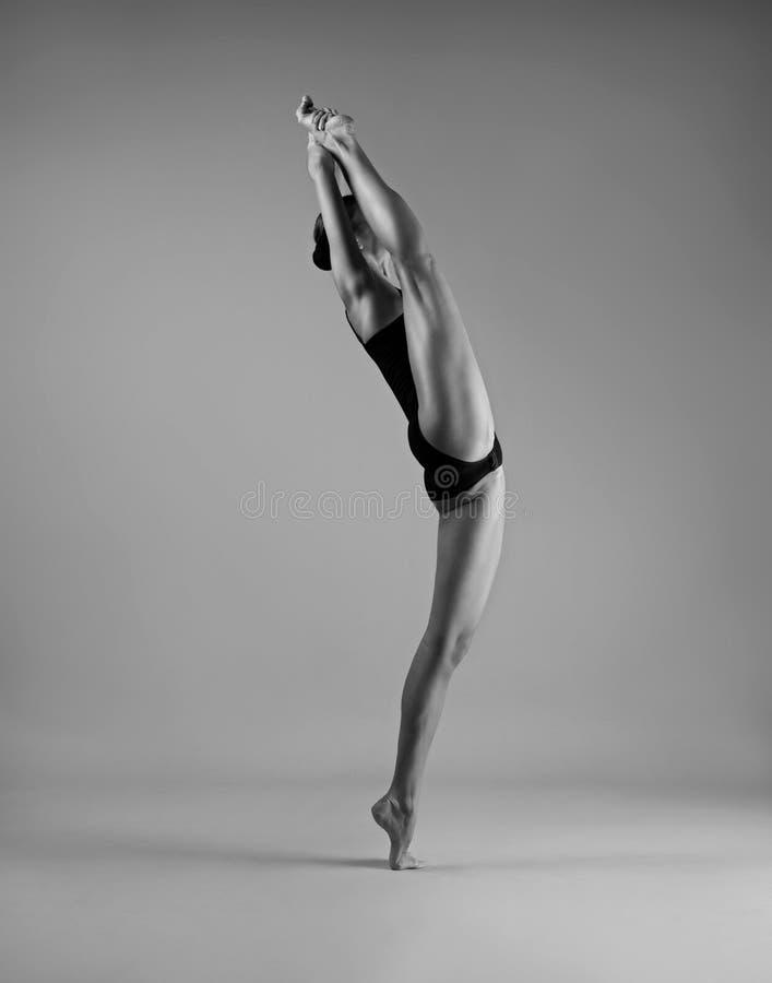 Menina flexível em uma guita imagens de stock royalty free